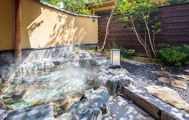 Bain de rocher avec une vue sur le jardin (Kobushi)