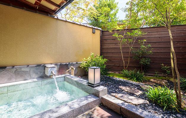 湯郷温泉旅館 季譜の里 岡山産の御影石を使った石風呂(つつじ)